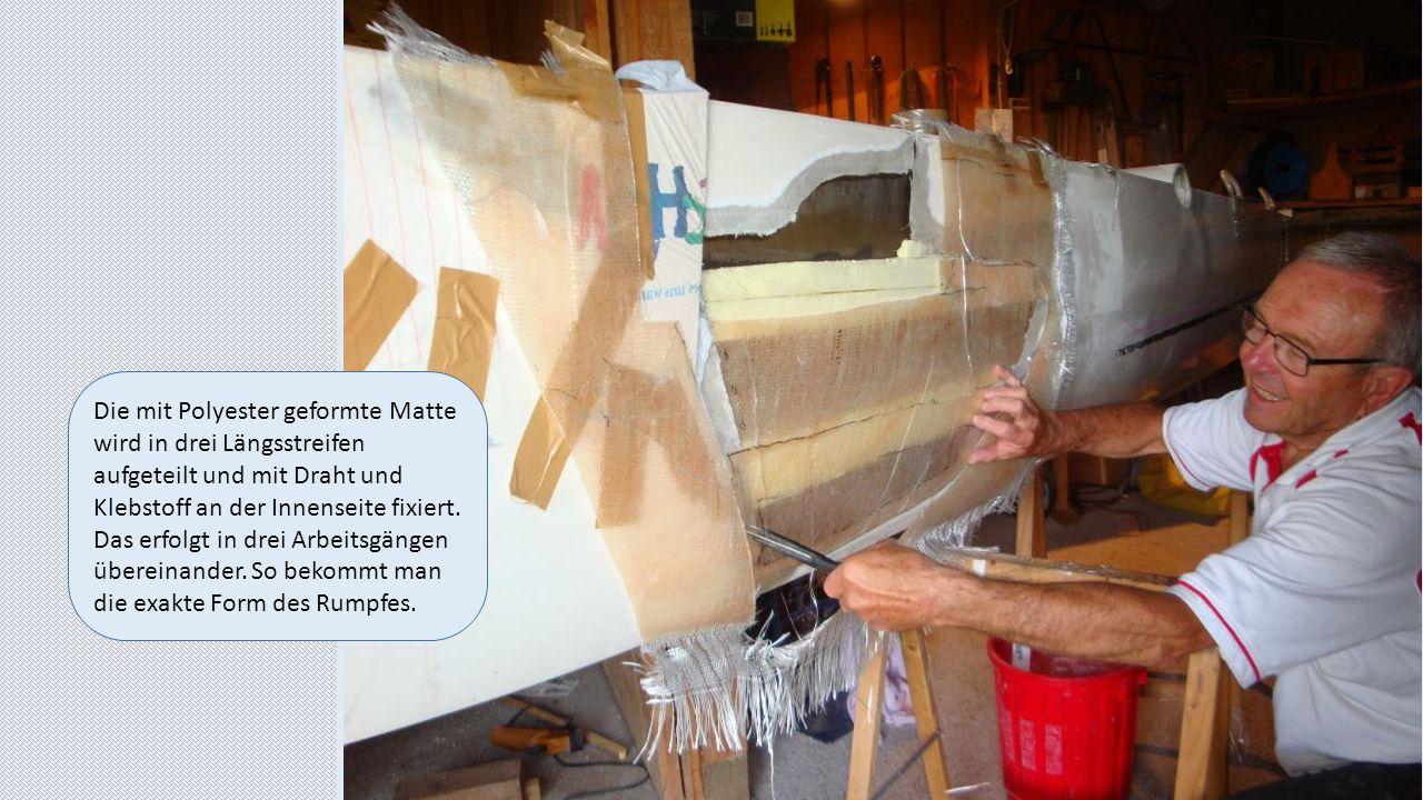Die mit Polyester geformte Matte wird in drei Längsstreifen aufgeteilt und mit Draht und Klebstoff an der Innenseite fixiert. Das erfolgt in drei Arbe