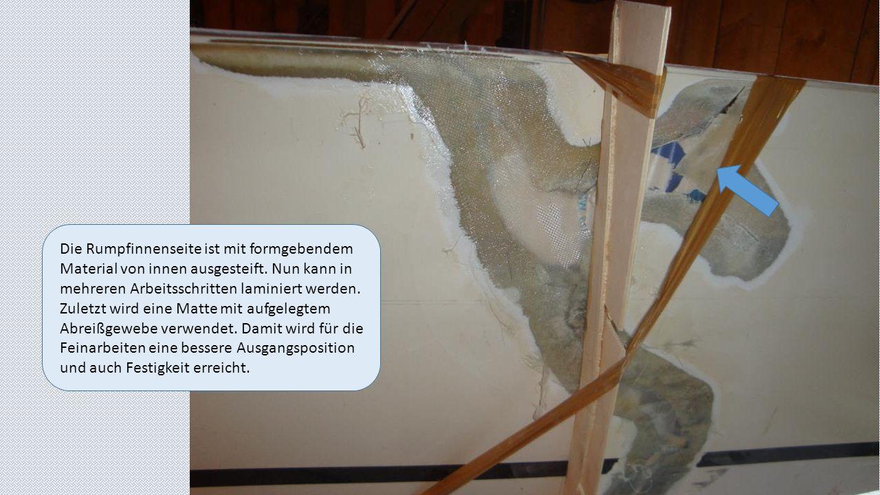 Die Rumpfinnenseite ist mit formgebendem Material von innen ausgesteift. Nun kann in mehreren Arbeitsschritten laminiert werden. Zuletzt wird eine Mat