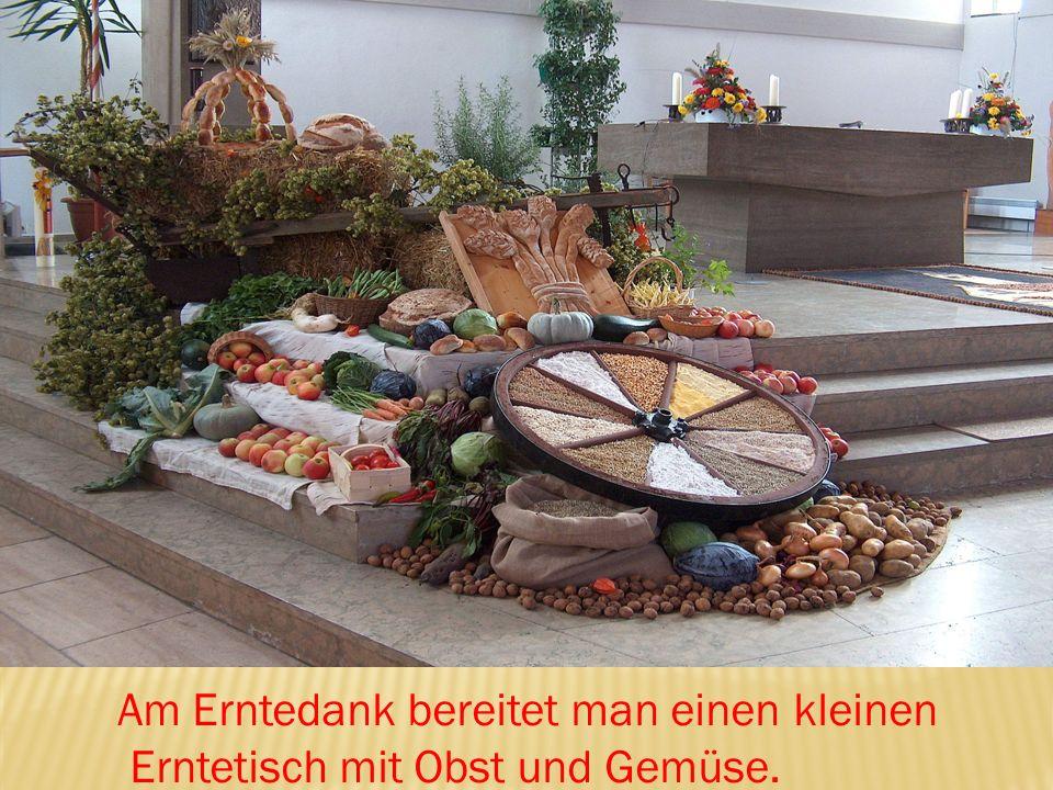Am Erntedank bereitet man einen kleinen Erntetisch mit Obst und Gemüse.