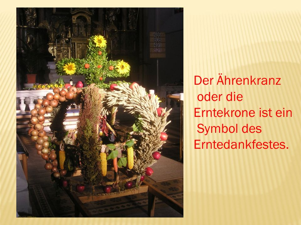 Die Erntekrone und das Gemüse werden in einer Prozession in die Kirche getragen