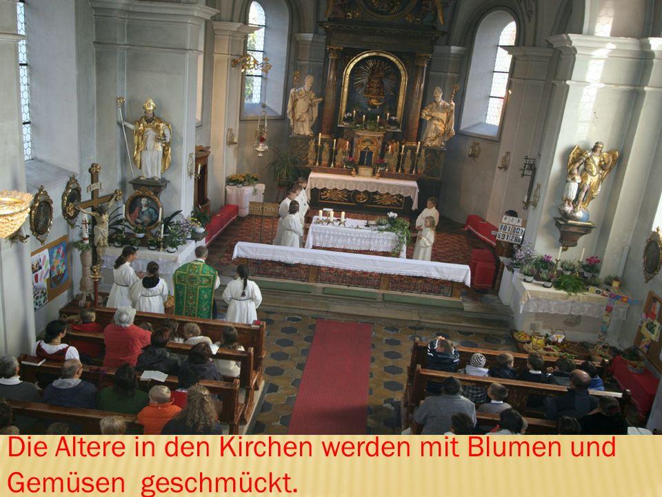 Die Altere in den Kirchen werden mit Blumen und Gemüsen geschmückt.