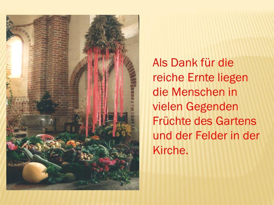 Als Dank für die reiche Ernte liegen die Menschen in vielen Gegenden Früchte des Gartens und der Felder in der Kirche.