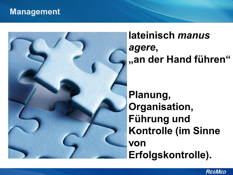 """Management lateinisch manus agere, """"an der Hand führen Planung, Organisation, Führung und Kontrolle (im Sinne von Erfolgskontrolle)."""