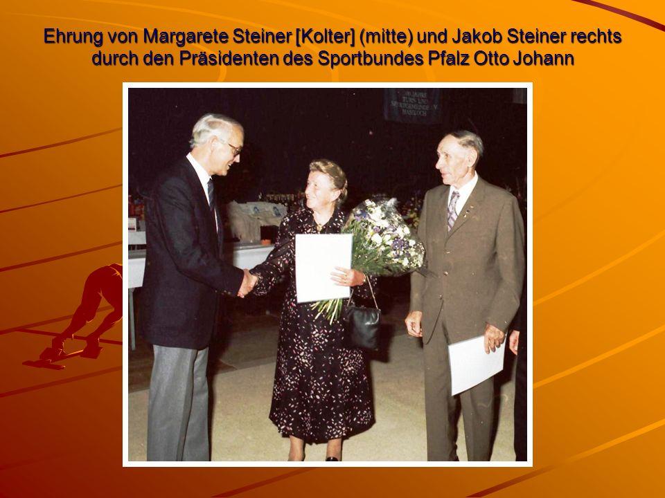 Ehrung von Margarete Steiner [Kolter] (mitte) und Jakob Steiner rechts durch den Präsidenten des Sportbundes Pfalz Otto Johann