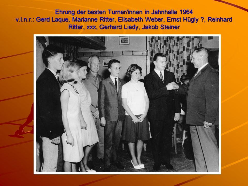 Ehrung der besten Turner/innen in Jahnhalle 1964 v.l.n.r.: Gerd Laque, Marianne Ritter, Elisabeth Weber, Ernst Hügly ?, Reinhard Ritter, xxx, Gerhard