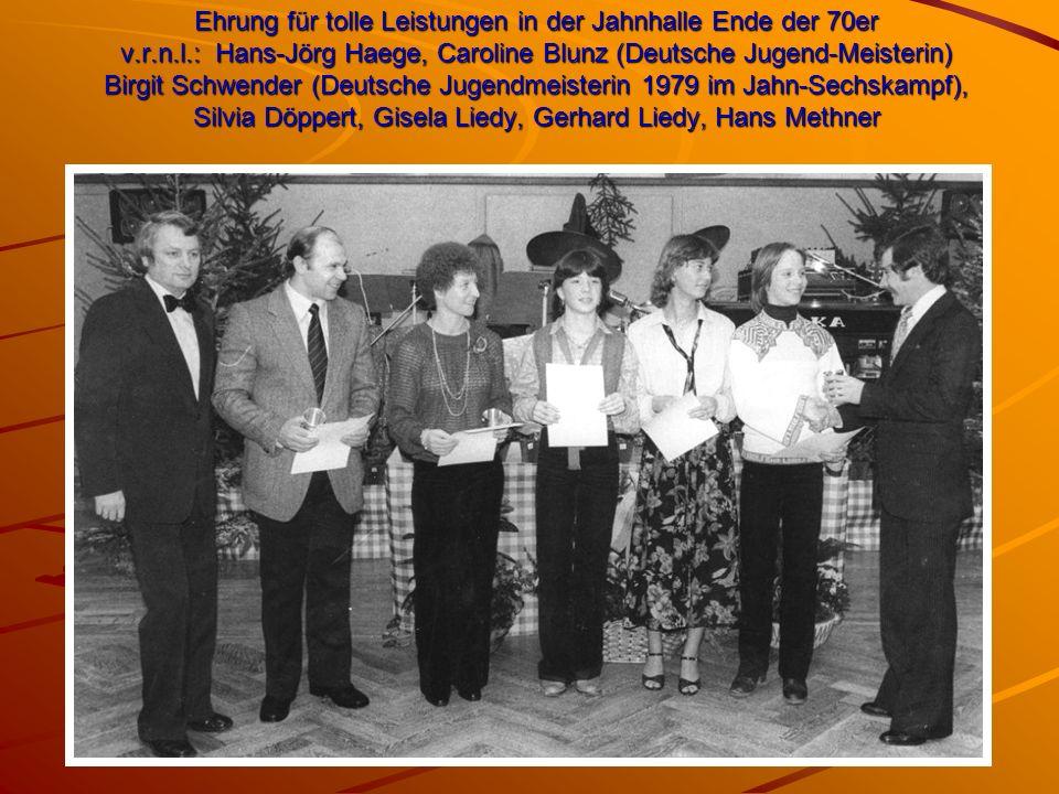 Ehrung für tolle Leistungen in der Jahnhalle Ende der 70er v.r.n.l.: Hans-Jörg Haege, Caroline Blunz (Deutsche Jugend-Meisterin) Birgit Schwender (Deutsche Jugendmeisterin 1979 im Jahn-Sechskampf), Silvia Döppert, Gisela Liedy, Gerhard Liedy, Hans Methner