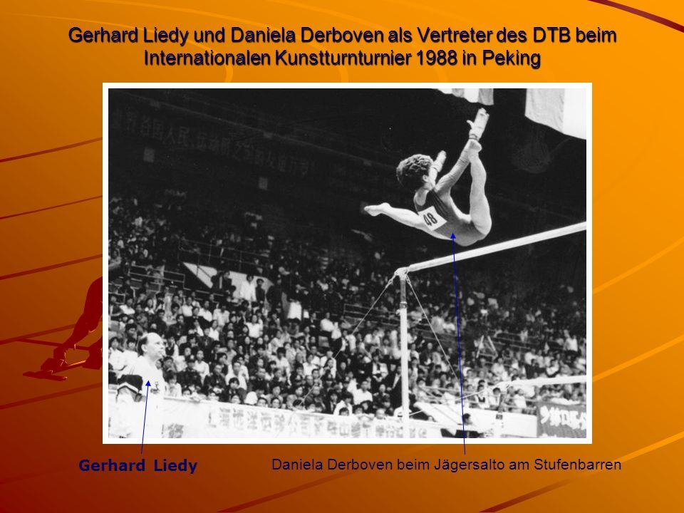 Gerhard Liedy und Daniela Derboven als Vertreter des DTB beim Internationalen Kunstturnturnier 1988 in Peking Gerhard Liedy Daniela Derboven beim Jägersalto am Stufenbarren