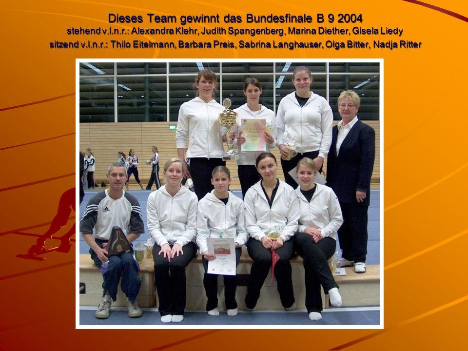 Dieses Team gewinnt das Bundesfinale B 9 2004 stehend v.l.n.r.: Alexandra Klehr, Judith Spangenberg, Marina Diether, Gisela Liedy sitzend v.l.n.r.: Thilo Eitelmann, Barbara Preis, Sabrina Langhauser, Olga Bitter, Nadja Ritter