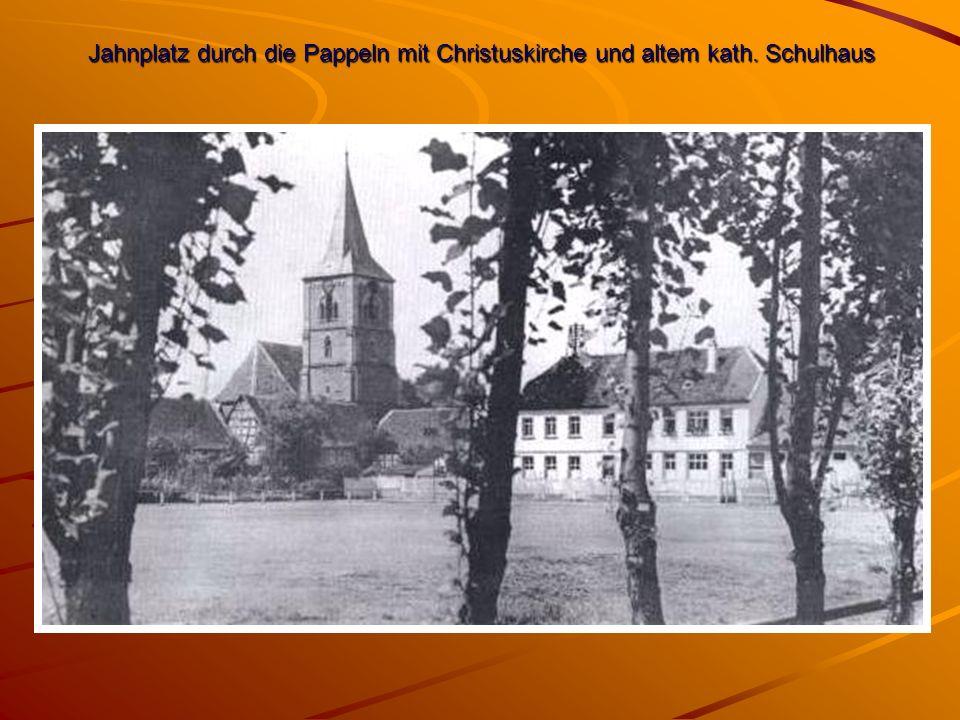 Jahnplatz durch die Pappeln mit Christuskirche und altem kath. Schulhaus