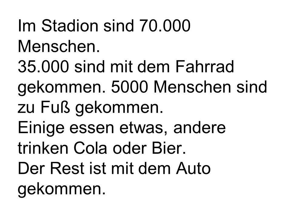 Im Stadion sind 70.000 Menschen. 35.000 sind mit dem Fahrrad gekommen.