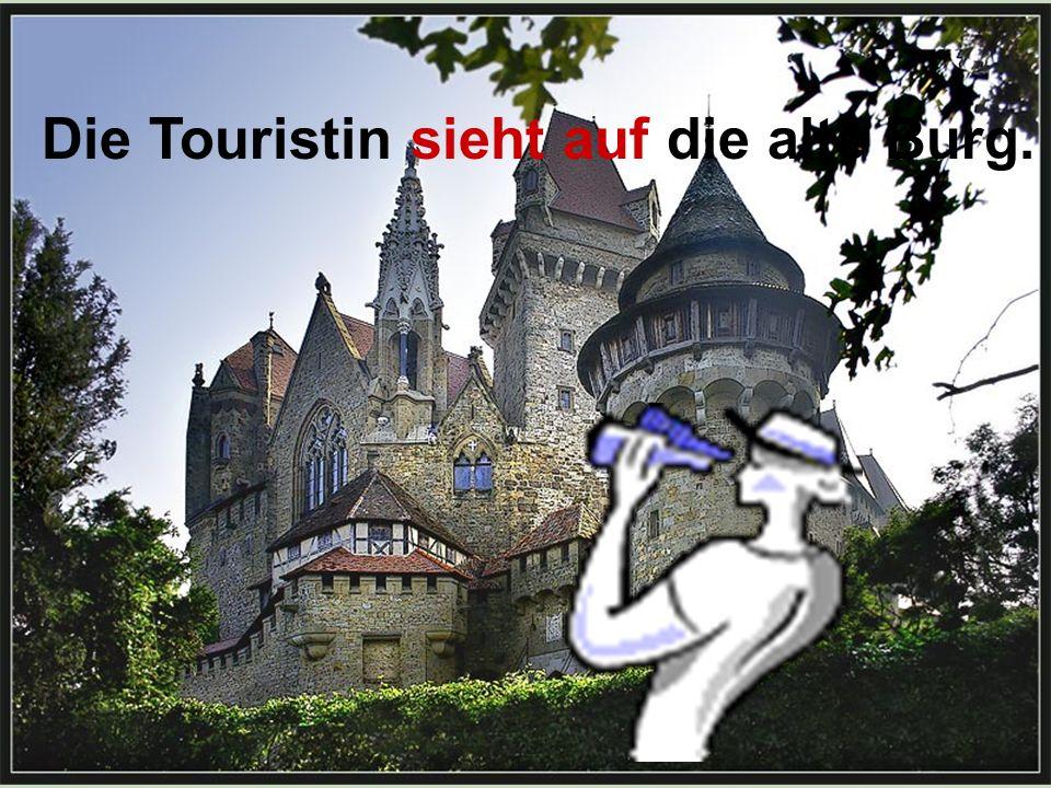 Die Touristin sieht auf die alte Burg.