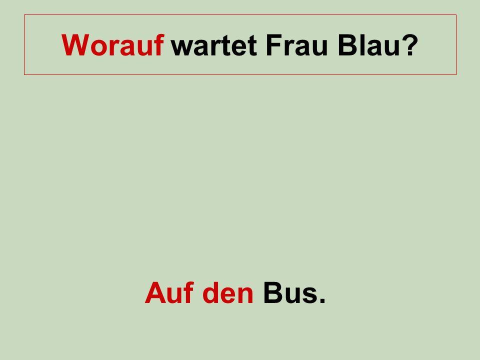 Worauf wartet Frau Blau? Auf den Bus.