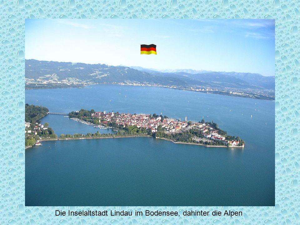 Blick vom Bodensee auf Schlosskirche und Graf-Zeppelin-Haus in Friedrichshafen Zeppelin Made in Friedrichshafen