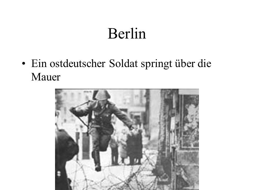Berlin Ein ostdeutscher Soldat springt über die Mauer