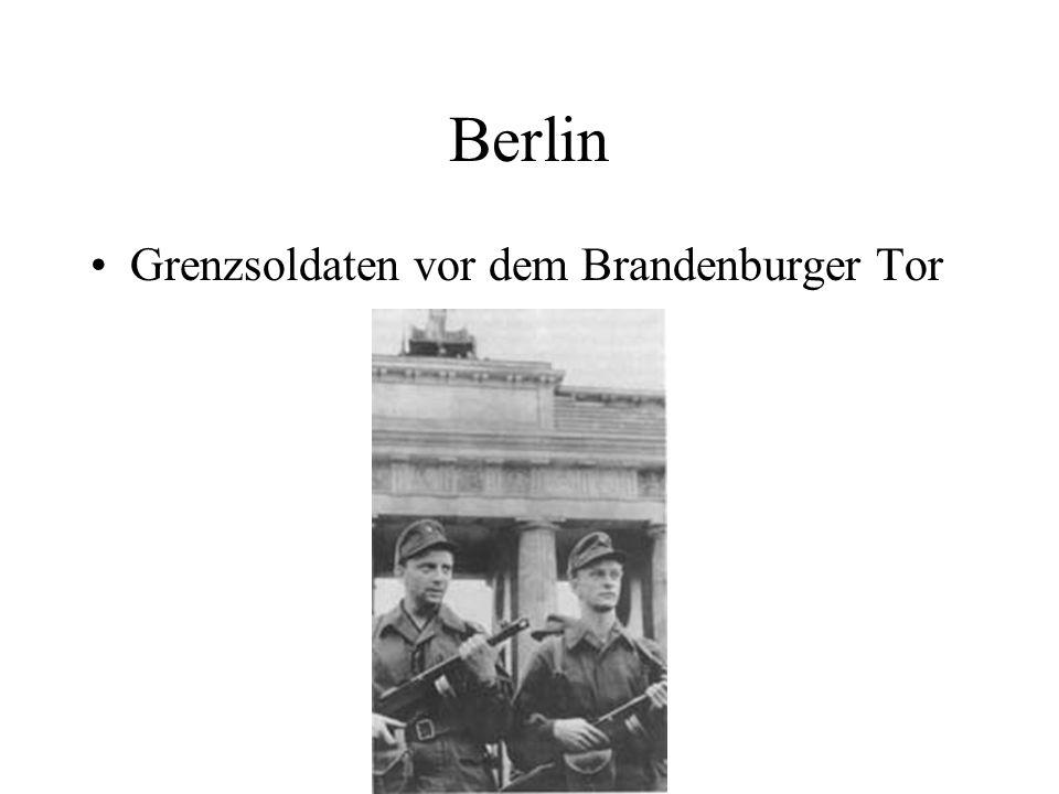 Berlin Grenzsoldaten vor dem Brandenburger Tor