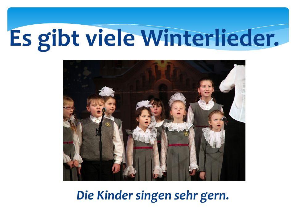 Die Kinder singen sehr gern. Es gibt viele Winterlieder.