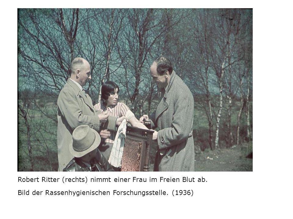 Robert Ritter (rechts) nimmt einer Frau im Freien Blut ab.