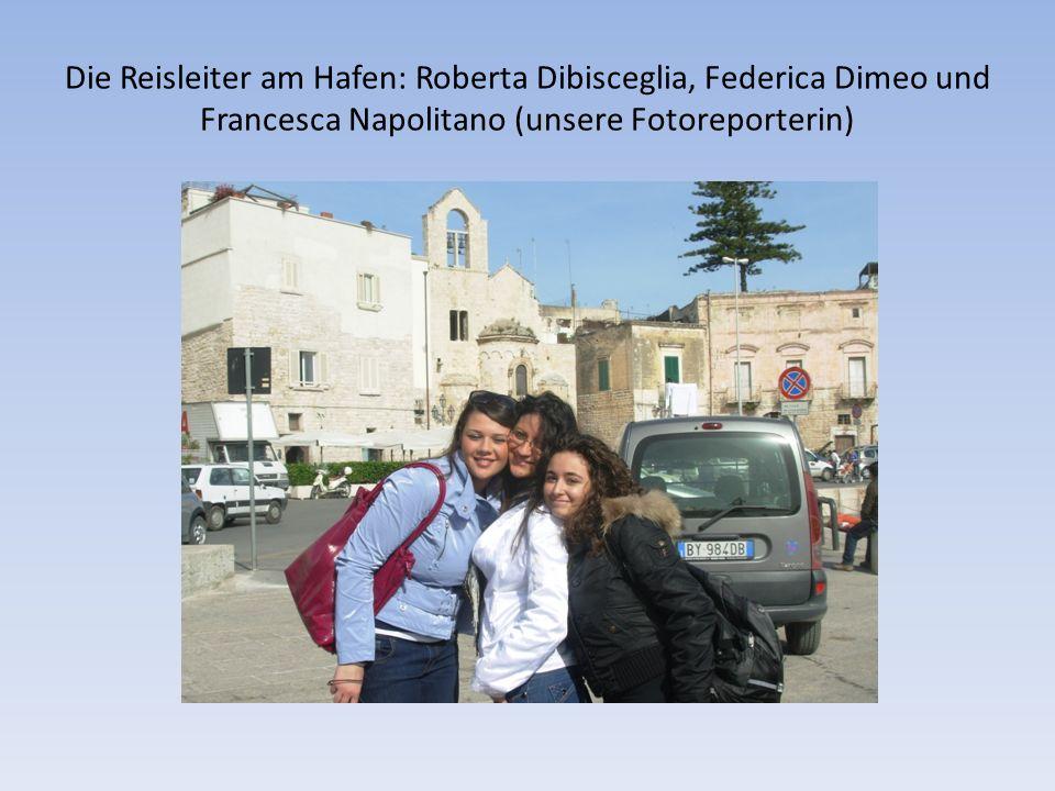 Die Reisleiter am Hafen: Roberta Dibisceglia, Federica Dimeo und Francesca Napolitano (unsere Fotoreporterin)