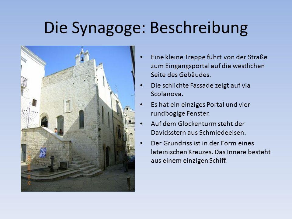 Die Synagoge: Beschreibung Eine kleine Treppe führt von der Straße zum Eingangsportal auf die westlichen Seite des Gebäudes.