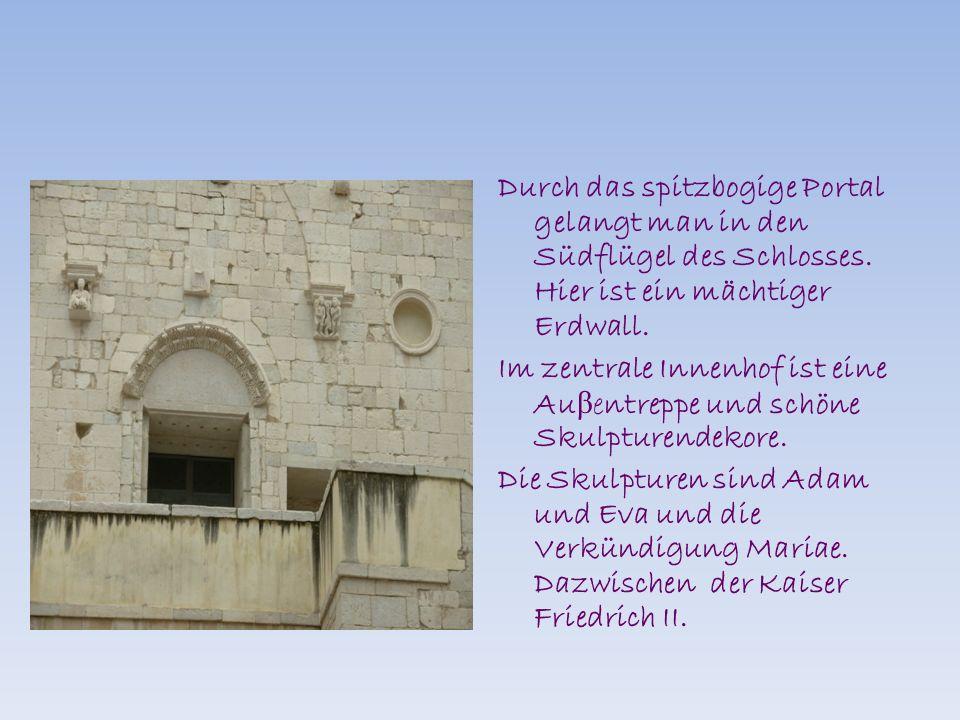 Durch das spitzbogige Portal gelangt man in den Südflügel des Schlosses.