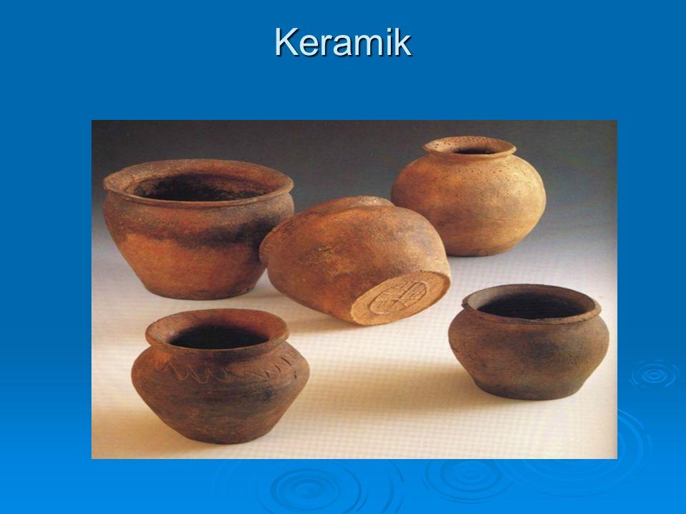 Keramik  Sammelbegriff für alle Tonarten  Altgriechischen,bezeichnung für Ton$  Älteste Kulturtechnik  CaCO 3  diente zur Vorratshaltung,künstlerische Gestaltung  Rohstoffe