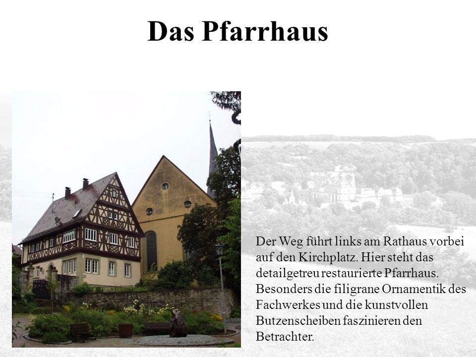 Das Pfarrhaus Der Weg führt links am Rathaus vorbei auf den Kirchplatz.