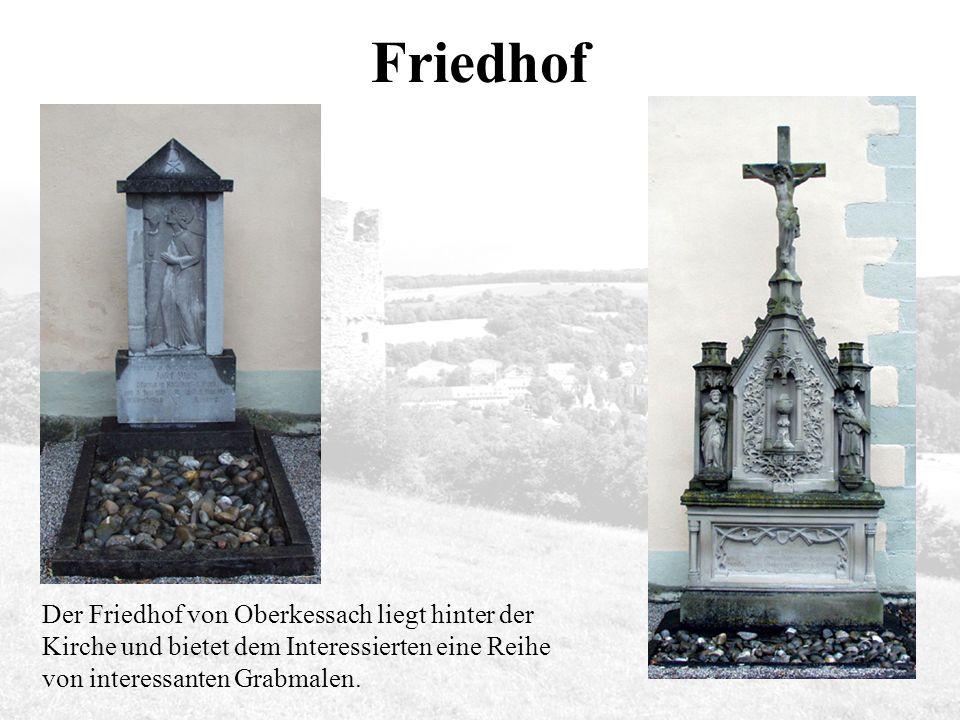 Friedhof Der Friedhof von Oberkessach liegt hinter der Kirche und bietet dem Interessierten eine Reihe von interessanten Grabmalen.