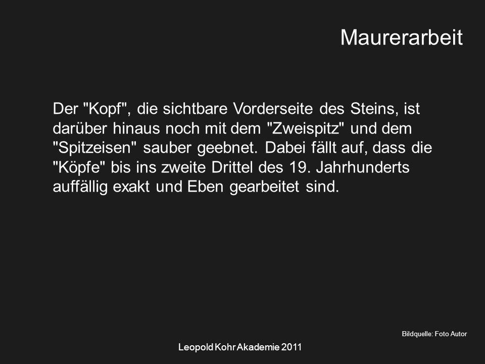 Leopold Kohr Akademie 2011 Bildquelle: Foto Autor Maurerarbeit Der Kopf , die sichtbare Vorderseite des Steins, ist darüber hinaus noch mit dem Zweispitz und dem Spitzeisen sauber geebnet.