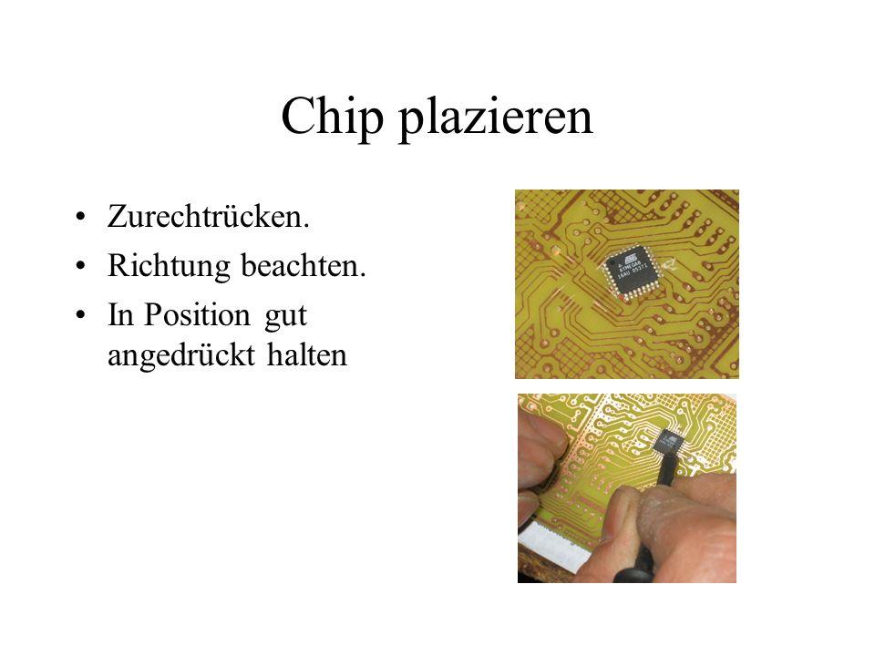 Chip plazieren Zurechtrücken. Richtung beachten. In Position gut angedrückt halten