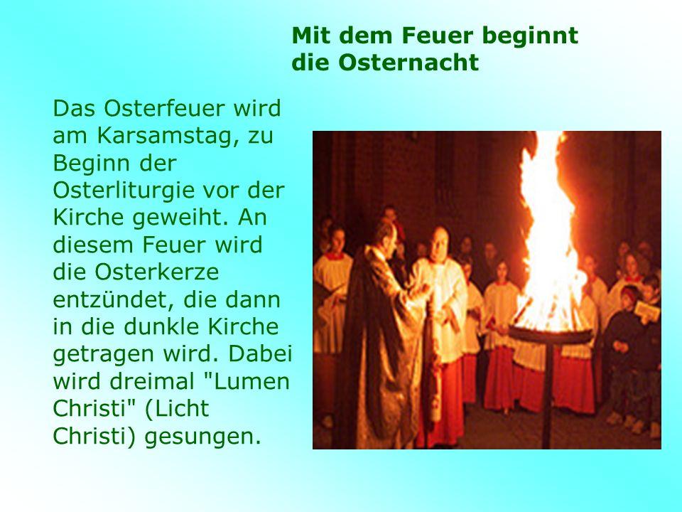 Das Osterfeuer wird am Karsamstag, zu Beginn der Osterliturgie vor der Kirche geweiht.