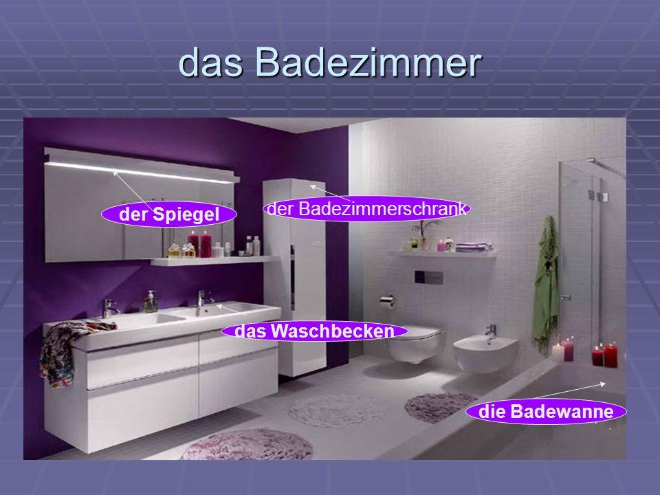 das Badezimmer das Waschbecken die Badewanne der Spiegel der Badezimmerschrank