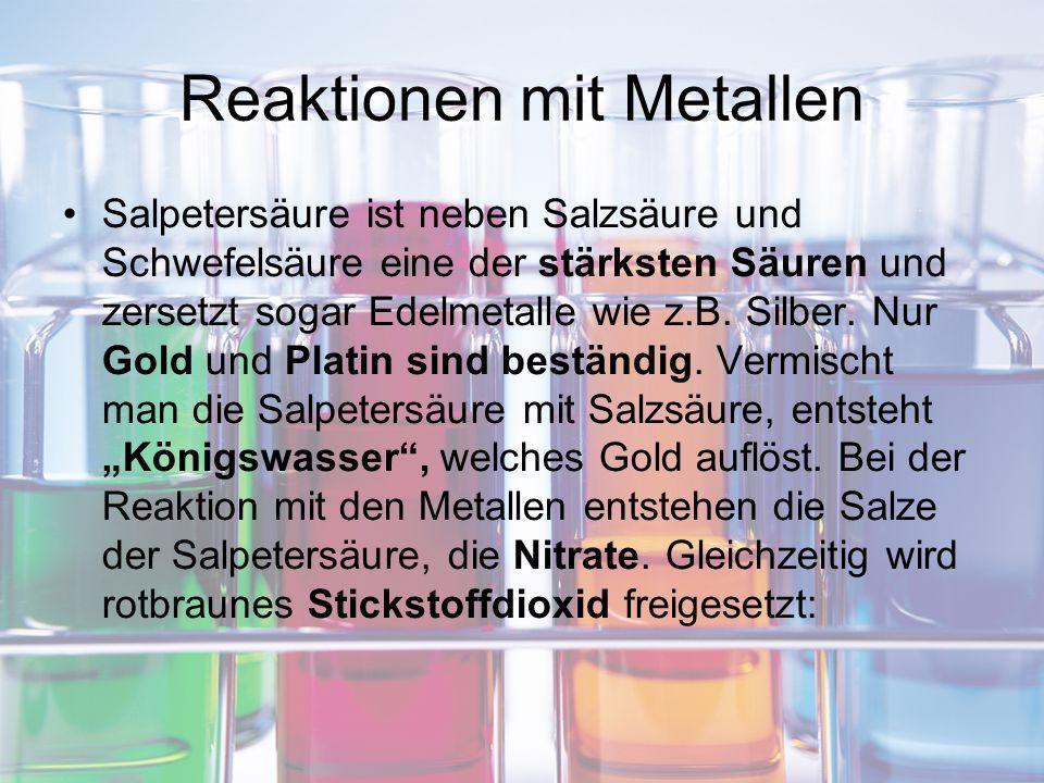 Reaktionen mit Metallen Salpetersäure ist neben Salzsäure und Schwefelsäure eine der stärksten Säuren und zersetzt sogar Edelmetalle wie z.B. Silber.