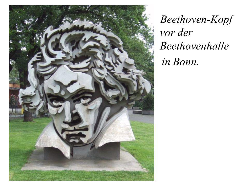 Beethoven-Kopf vor der Beethovenhalle in Bonn.
