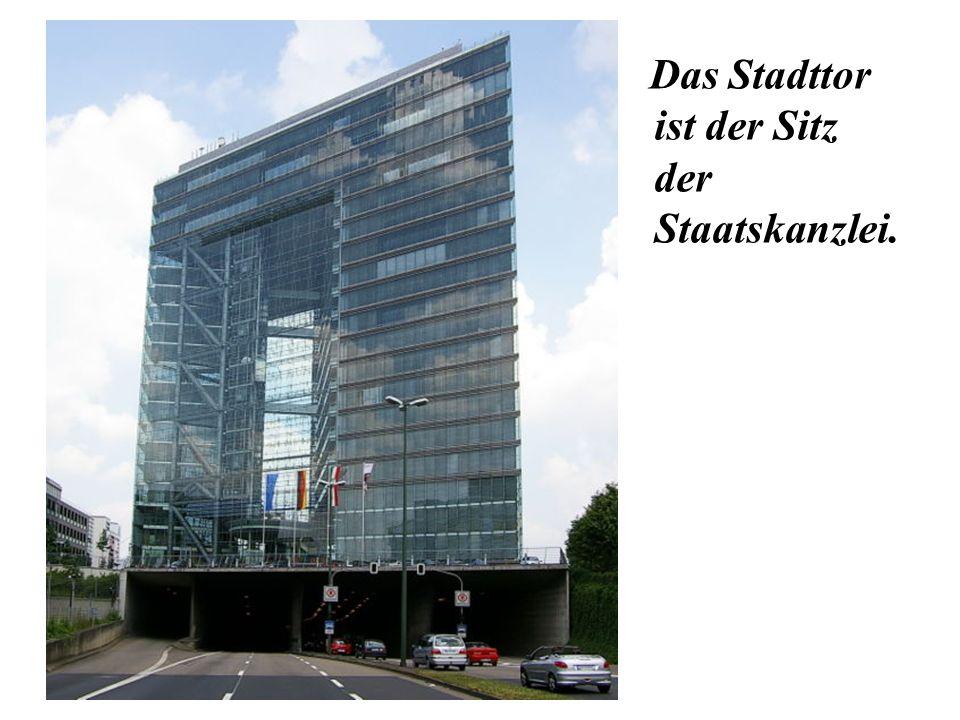 Das Stadttor ist der Sitz der Staatskanzlei.