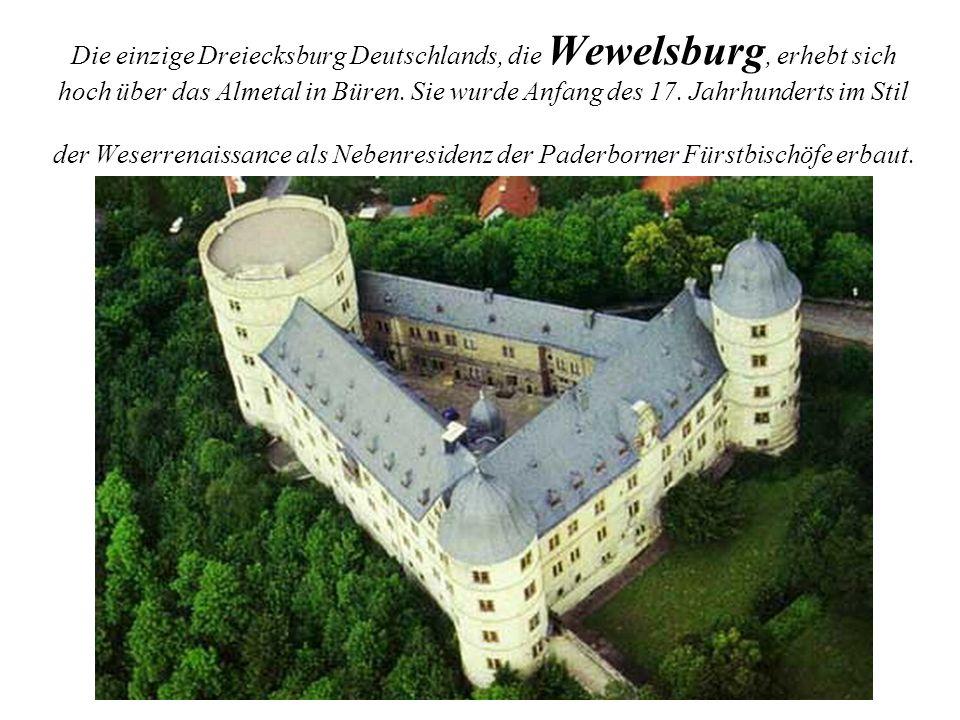 Die einzige Dreiecksburg Deutschlands, die Wewelsburg, erhebt sich hoch über das Almetal in Büren. Sie wurde Anfang des 17. Jahrhunderts im Stil der W