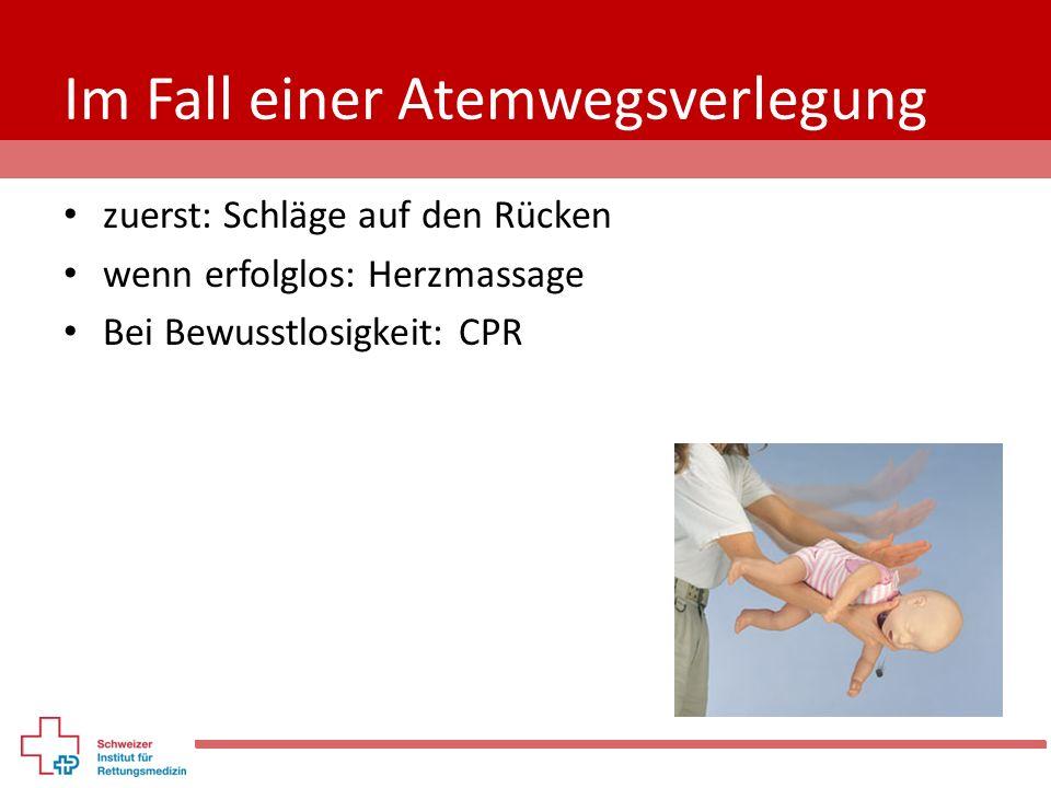 Im Fall einer Atemwegsverlegung zuerst: Schläge auf den Rücken wenn erfolglos: Herzmassage Bei Bewusstlosigkeit: CPR