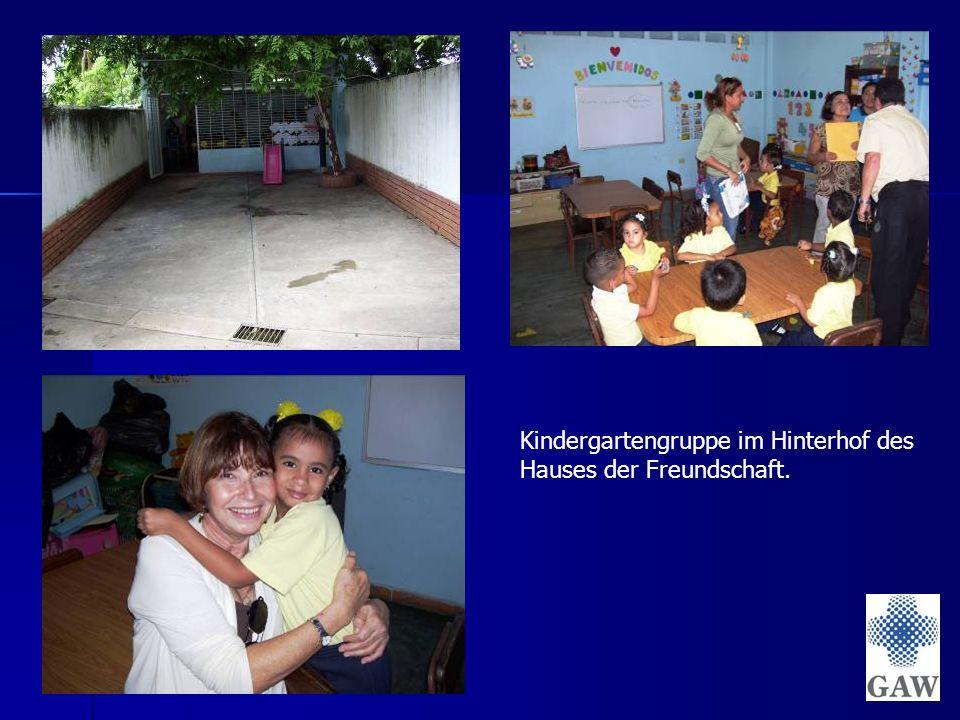 Kindergartengruppe im Hinterhof des Hauses der Freundschaft.