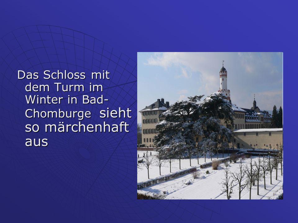 Das Schloss mit dem Turm im Winter in Bad- Chomburge sieht so märchenhaft aus Das Schloss mit dem Turm im Winter in Bad- Chomburge sieht so märchenhaf
