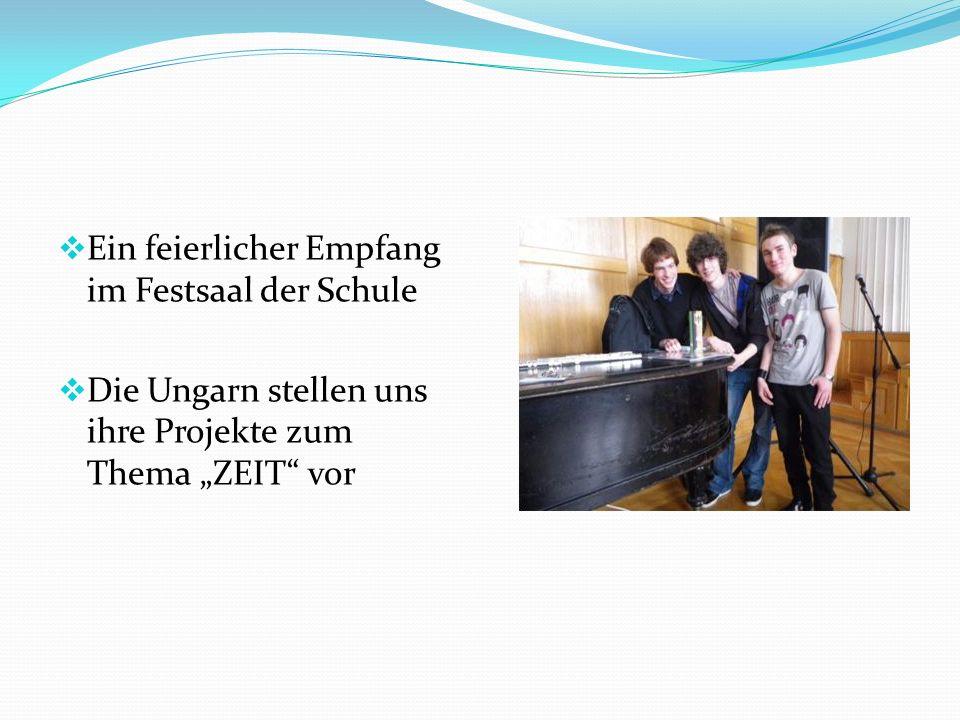 """ Ein feierlicher Empfang im Festsaal der Schule  Die Ungarn stellen uns ihre Projekte zum Thema """"ZEIT vor"""