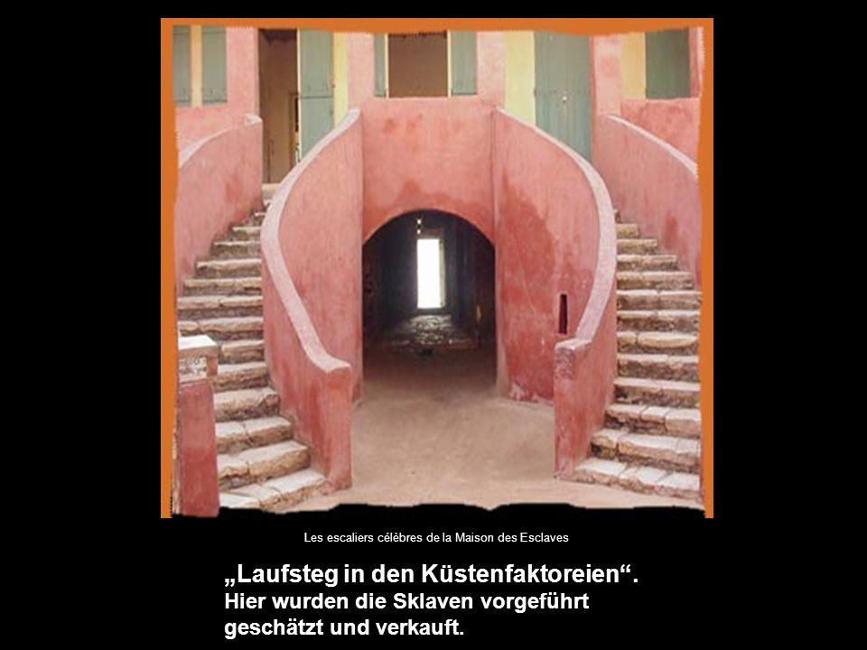 """Les escaliers célèbres de la Maison des Esclaves """"Laufsteg in den Küstenfaktoreien ."""