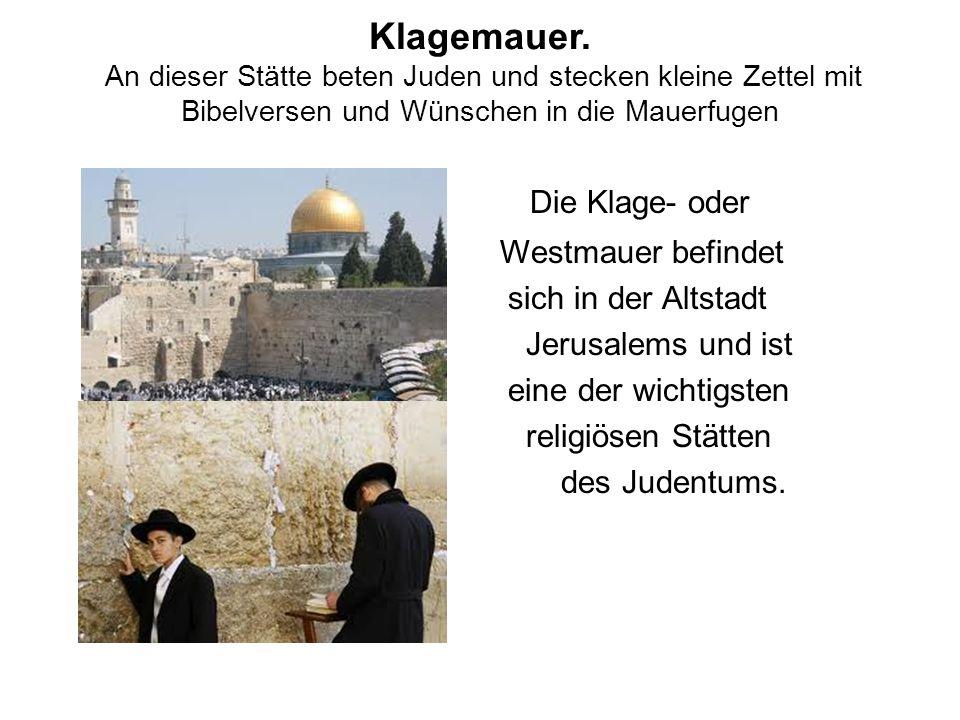 Klagemauer. An dieser Stätte beten Juden und stecken kleine Zettel mit Bibelversen und Wünschen in die Mauerfugen Die Klage- oder Westmauer befindet s