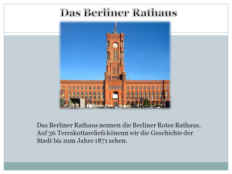 Das Berliner Rathaus nennen die Berliner Rotes Rathaus. Auf 36 Terrakottareliefs könenn wir die Geschichte der Stadt bis zum Jahre 1871 sehen.