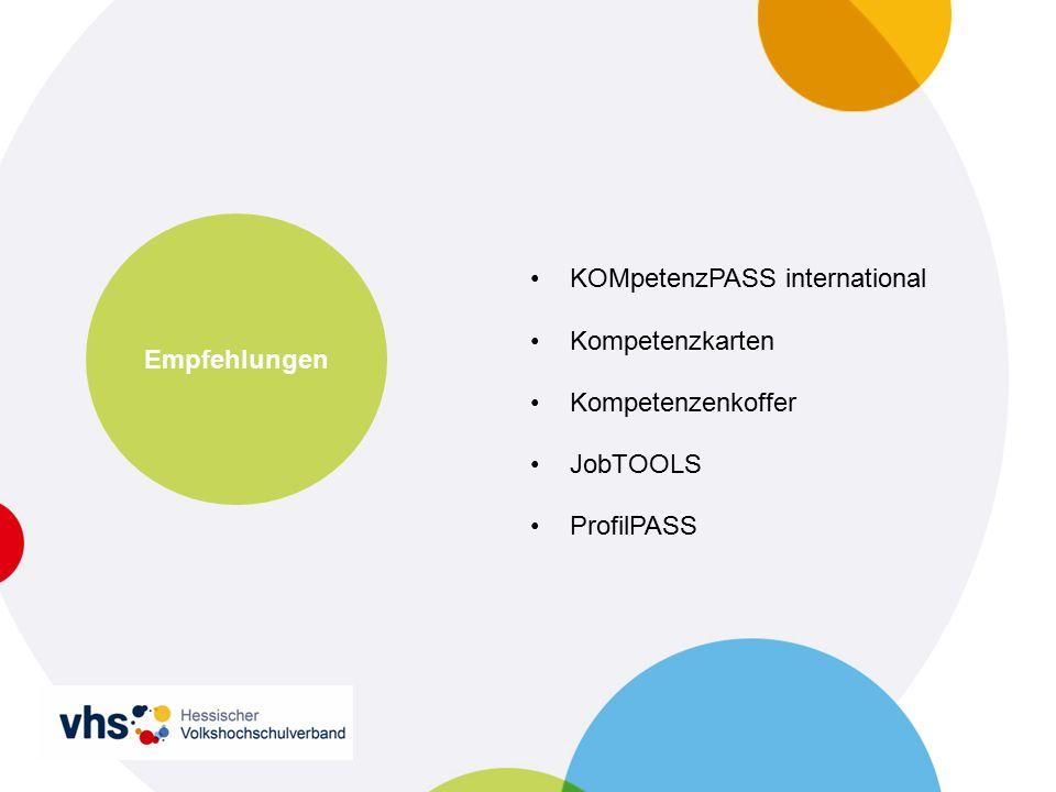 In Hessen bereits bekannt Zusammenarbeit regionaler Akteure in Nordhessen Vhs'en Bad Hersfeld, Eschwege, Witzen- hausen, Groß-Gerau und Darmstadt, Ffm Kooperation Agentur für Arbeit Kassel Fortbildung –1,5 Tage –280,00 EUR –zeitnah organisierbar KOMpetenz PASS