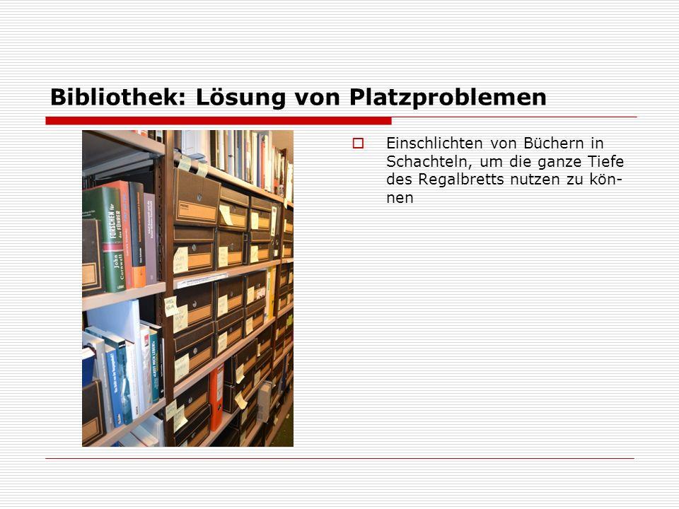 Bibliothek: Lösung von Platzproblemen  Einschlichten von Büchern in Schachteln, um die ganze Tiefe des Regalbretts nutzen zu kön- nen
