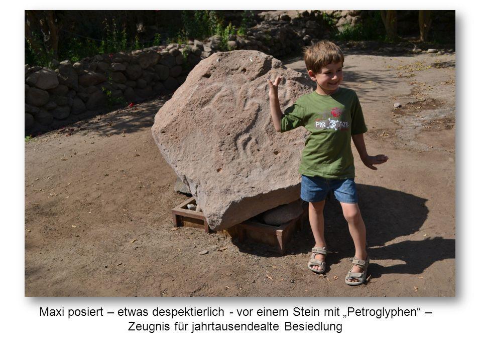 """Maxi posiert – etwas despektierlich - vor einem Stein mit """"Petroglyphen"""" – Zeugnis für jahrtausendealte Besiedlung"""