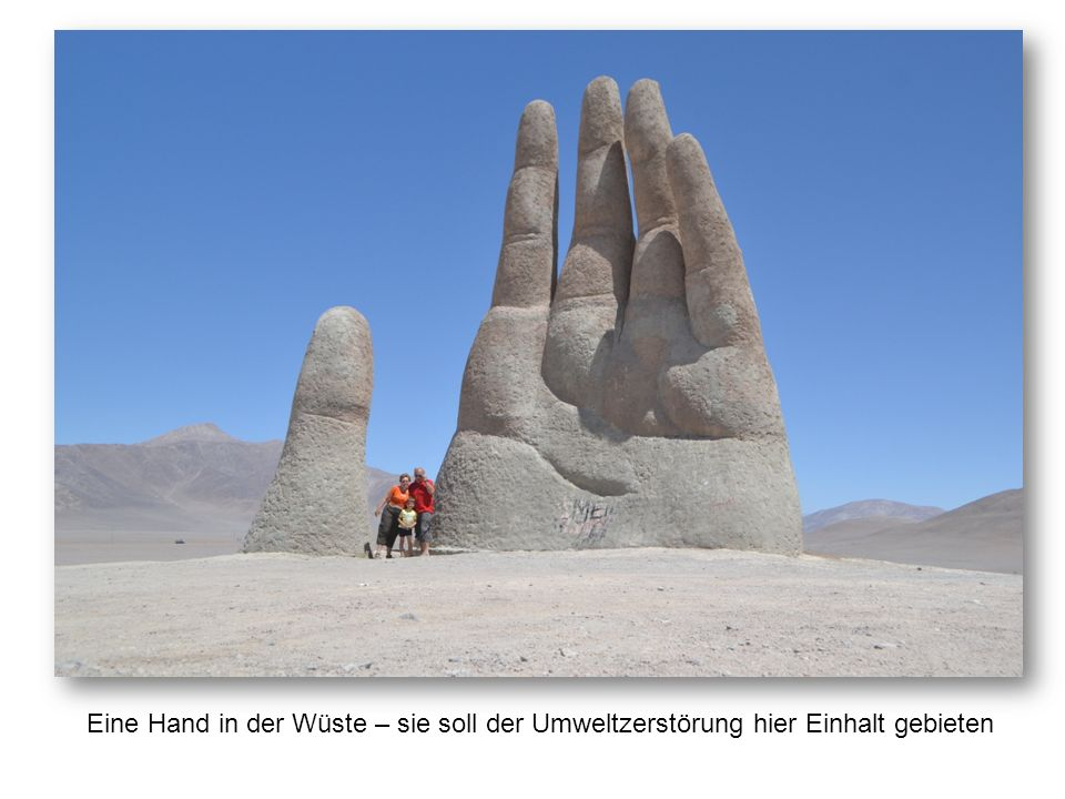 Eine Hand in der Wüste – sie soll der Umweltzerstörung hier Einhalt gebieten