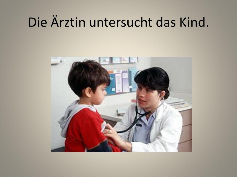 Die Ärztin untersucht das Kind.