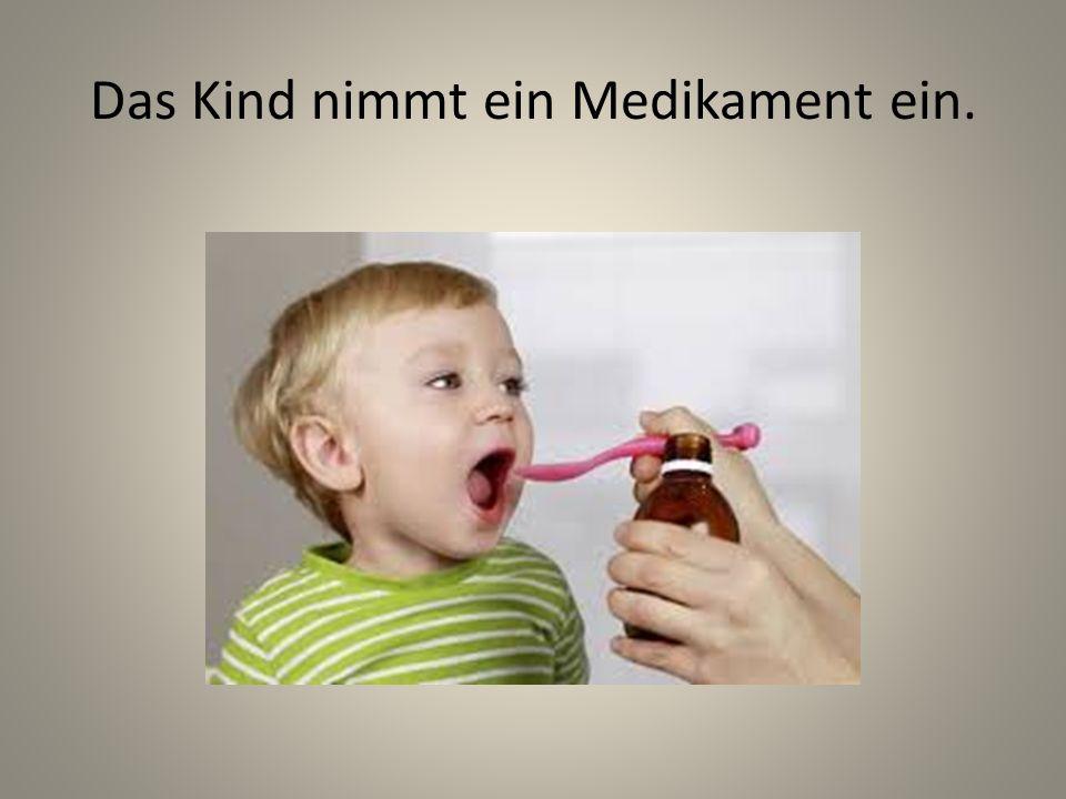 Das Kind nimmt ein Medikament ein.