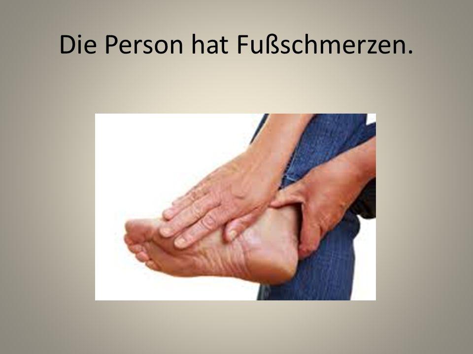 Die Person hat Fußschmerzen.