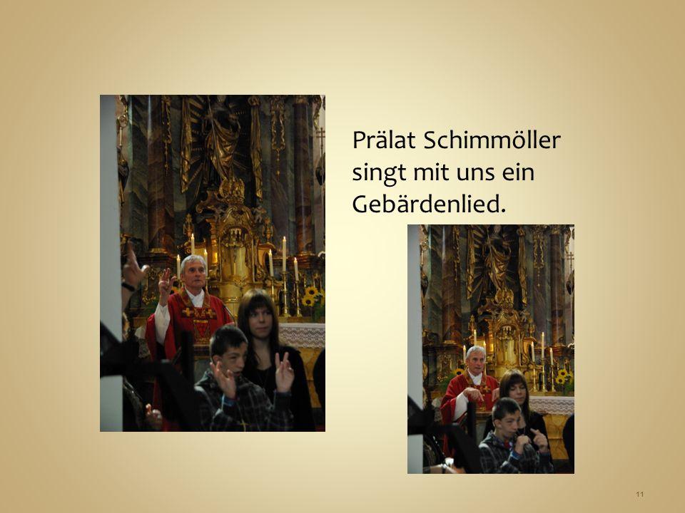 Prälat Schimmöller singt mit uns ein Gebärdenlied. 11